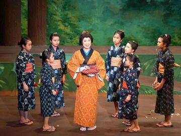 東濃地方に伝わる昔話を題材にした「椿屋敷」を情感豊かに演じる出演者=岐阜市学園町、ぎふ清流文化プラザ