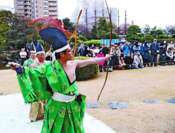 力強く矢を射る徳島城射初め保存会の会員=徳島市の徳島城博物館表御殿庭園
