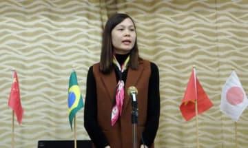 【日本語でスピーチをするルアンさん=亀山市若山町の市青少年研修センターで】