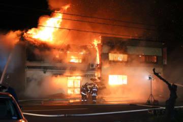 【9日午後11時半ごろ、煙と炎が上がる火災現場=津市新東町塔世で】