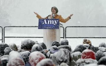 雪が降りしきる中、大統領選に名乗りを上げたミネソタ州選出のエーミー・クロブシャー上院議員=10日、ミネアポリス(AP=共同)