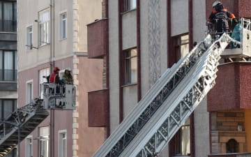 トルコのアパート倒壊事故 死者21人に