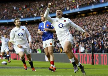 フランス戦でトライを挙げて喜ぶイングランドのメイ(右)=ロンドン郊外(AP=共同)