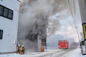 内部全焼した登別市中央町の住宅火災=10日午後3時ごろ