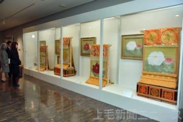 化粧まわしに使われた牡丹の原画も並ぶ松尾敏男さんの作品展