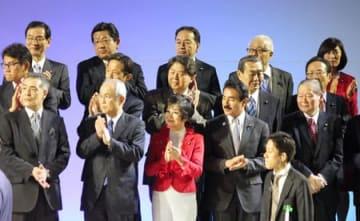自民党大会で壇上に並ぶ塚田一郎(上段左から2人目)、佐藤信秋(下段右端)両氏ら参院選候補予定者=10日、東京都港区のホテル