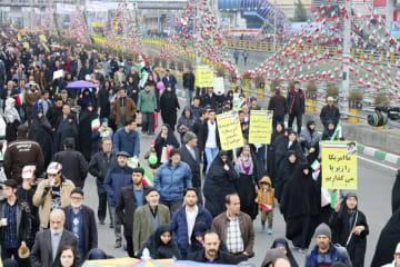 11日、イランの首都テヘランで開かれた革命40年に合わせた式典で、行進する参加者ら(共同)
