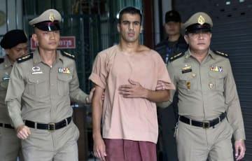 タイ・バンコクで、裁判所を出るハキム・アライビ氏(中央)=4日(AP=共同)