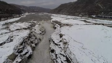 銀世界の奇観、観光客を魅了 春雪の壷口瀑布