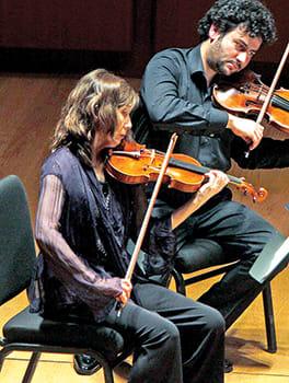 田中直子さんバイオリニスト。東京都出身。1972年にジュリアード音楽院入学、1974年に「オーケストラ・オブ・セントルークス」立ち上げに参加、現在コンサートマスターを務める。「オルフェウス」「ニューヨーク・フィロムジカ」にも参加していた。ジュリアード、ニューヨーク大学などで教える。