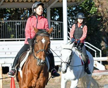 基本の歩法を学ぶスーパーキッズの参加者=県馬事公苑