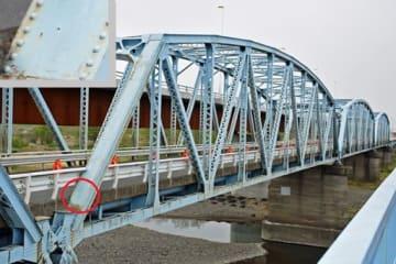 弾痕とみられる傷が残る旧上武大橋。丸部分(左上に拡大写真)に機銃掃射の痕跡とみられる貫通穴がある(2018年5月2日付より)