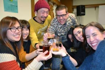さまざまな種類のビールを手に笑顔で乾杯する来場者ら