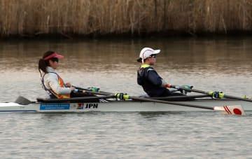 長い直線コースで練習に励むシニア女子の瀧本(明大、右)と冨田(福井県スポーツ協会)=本明川