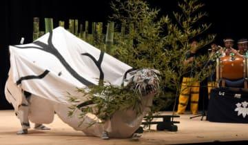 勇壮な虎舞を披露する只越虎舞のメンバー
