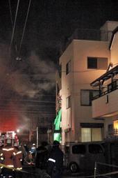 火災で煙を上げるアパート=11日午前0時3分、兵庫県西宮市甲子園口