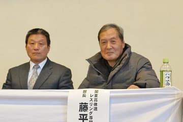 関東高校選抜大会を観戦する森田武雄さん(右)と群馬県協会・米山守副会長