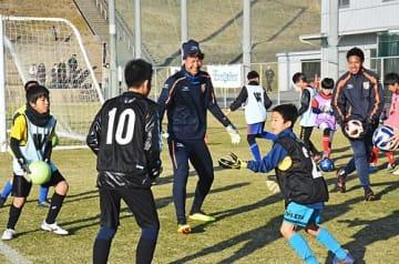 【サッカー教室で子どもたちと触れ合う立川小太郎選手(中央)=和歌山県上富田町朝来で】