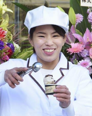 制服姿でアイスクリームをアピールする松本薫さん=12日、東京都新宿区