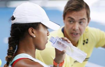 全豪オープンテニスでのサーシャ・バイン・コーチ(右)と大坂なおみ=1月、メルボルン(共同)