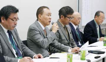 記者会見する「レオパレス違法建築被害者の会」の代表(左から2人目)ら=12日午後、東京都内