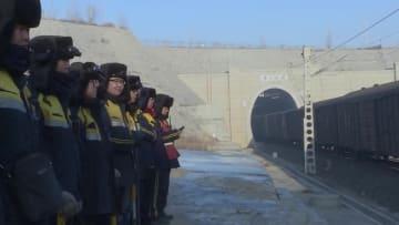 春運の物語 1万トン級列車の運行を支えるトンネルの「清掃夫」