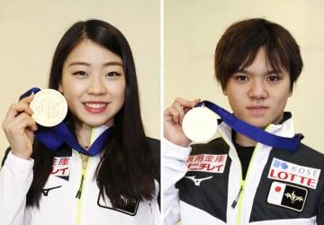 米国から帰国し、メダルを掲げ取材に応じる紀平梨花(左)、宇野昌磨の両選手=12日午後、成田空港