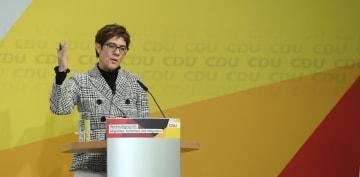 11日、ドイツ・ベルリンで開かれたCDUの会議で発言するクランプカレンバウアー党首(ロイター=共同)