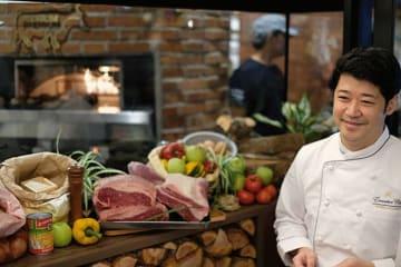 「ステーキに使われる上質な牛肉を使う」と話す、いしがまやハンバーグのシェフ=12日、ジャカルタ(NNA撮影)