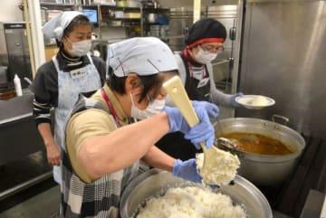 イオンモール札幌平岡の厨房で調理をして、器具の使い勝手を確かめるNPOのスタッフ