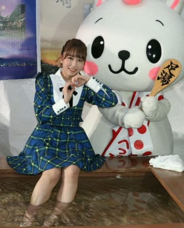 別府市が運んだ温泉の足湯に入るSKE48の大場美奈さん=名古屋市