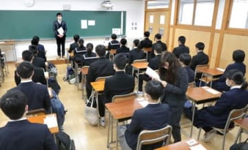 面接開始を待つ特色化選抜の受験生=12日、新潟市中央区
