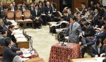 衆院予算委で自民党の中山泰秀氏(左手前)の質問に答弁する安倍首相=13日午前
