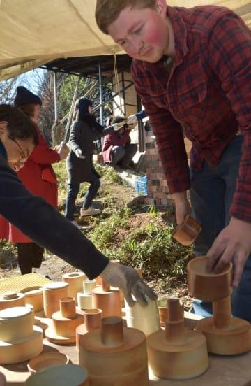 登り窯(写真奥)から出され、並べられる陶器