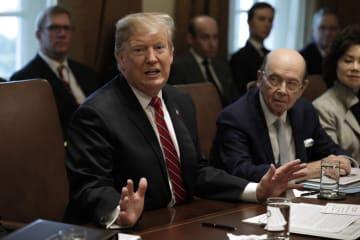 ホワイトハウスで記者団に話すトランプ米大統領=12日、ワシントン(UPI=共同)