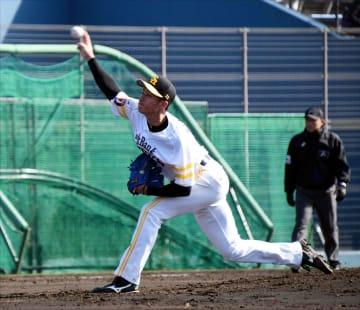 シート打撃で躍動感のある投球を見せるソフトバンクのルーキー板東=宮崎市
