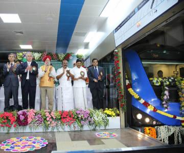 10日、チェンナイで開かれた開業式典に出席する内山総領事(左から2人目)とJICAインド事務所の松本所長(左端)ら=JICA提供