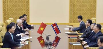 平壌で会談するベトナムのファム・ビン・ミン副首相兼外相(左手前)と北朝鮮の李容浩外相(右手前から2人目)=13日(共同)