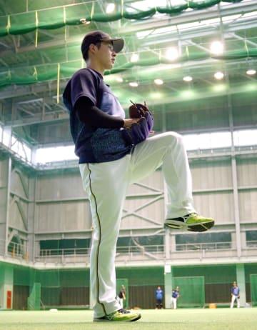 室内練習場でキャッチボールをする日本ハム・吉田輝=国頭