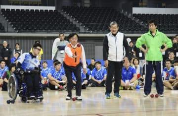 企業対抗のパラスポーツ運動会で、ボッチャをプレーする経済同友会の小林喜光代表幹事(手前左から2人目)ら=13日午後、東京都内