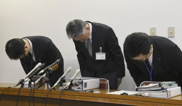 謝罪する神戸市教委幹部ら=1月11日、神戸市