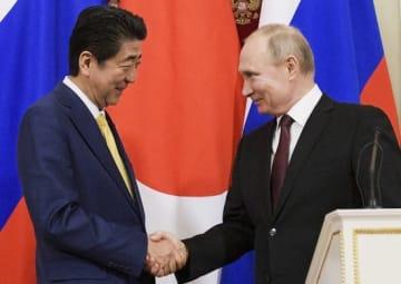 日露首脳会談での安倍晋三首相(左)とウラジーミル・プーチン大統領(右)(写真:代表撮影/AP/アフロ)