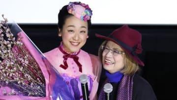 名古屋市内で行われた映画「メリー・ポピンズ リターンズ」の舞台あいさつに登場した浅田真央さん(左)と山田満知子さん