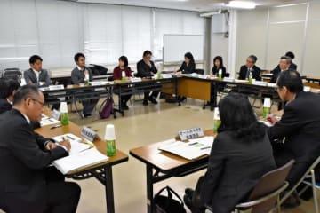 観光振興や情報発信について意見を交わした「みやざき地域資源ブランド推進会議」=13日午前、宮崎市・県庁