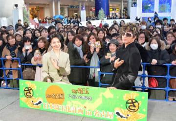 名古屋・栄の複合施設「オアシス21」でダブル主演映画「翔んで埼玉」のトークイベントを行った二階堂ふみさん(左)とGACKTさん