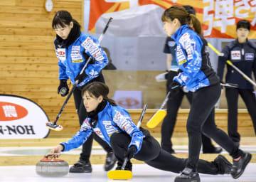 東京都協会戦でショットを放つロコ・ソラーレの吉田知(中央)=どうぎんカーリングスタジアム