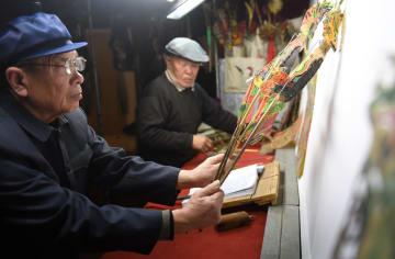 影絵芝居でにぎやかに新春を祝う 河北省遷安市