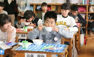「仲良鹿鍋」を食べる児童=日田市淡窓の咸宜小学校