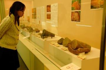 【史跡伊勢国分寺跡から出土した瓦など=鈴鹿市国分町の市考古博物館で】
