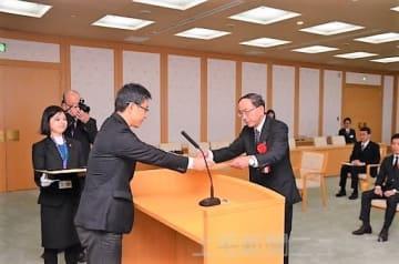荻沢副知事から表彰状を受け取る出席者
